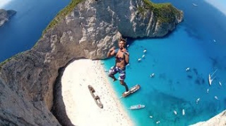 ギリシャの断崖絶壁から恐れ知らずのダイビング