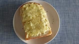 「世の中飯テロだらけ」「マヨラーには最高すぎる」チーズとマヨネーズを混ぜるだけ→通常の倍とろける究極のチーズトーストが作れる(1/2)