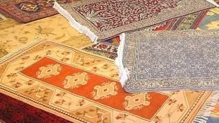 【衝撃】「セリアに恐ろしい物が置いてあった…ペルシャ絨毯調インテリアマット…なんて物を販売してくれるんだセリア愛してる!かっこよすぎるよ…。ブツ撮り捗りまくっちゃうじゃん…3種全部買い占めちゃったよ!」「キャンドゥのペルシャ絨毯風マットかわいすぎた」(1/2)