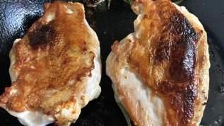 「今まで食べた鶏ムネ肉の調理の中ではトップクラスの美味しさ」鶏ムネ肉を一番美味しく焼く方法→30分弱火で放置→超簡単レシピ(1/2)