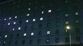 ホテルに「訳ありプラン」で宿泊。隣の部屋が不自然で…「怖い」「これは絶対訳ありそう」