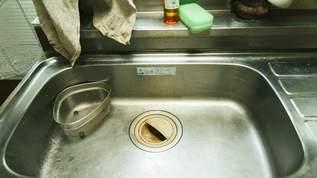 目から鱗!排水口のゴミ受けザル掃除は「キッチンペーパーを使う」裏ワザが話題に