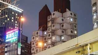 銀座の名建築「中銀カプセルタワービル」 丸窓に現れた謎のマークの正体は?