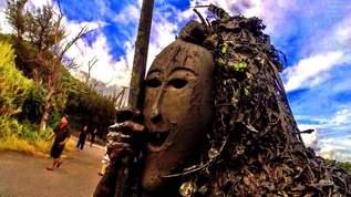 【閲覧注意】ナマハゲより怖い…クサい泥を塗られる奇祭がズバ抜けてヤバい【ファンシー絵みやげ】(1/2)