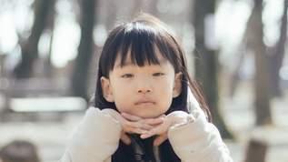 電車で女の子が靴のまま座席によじ登ろうとした→母親の「魔法の言葉」にネット民「うまい」「お見事」と称賛