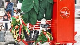 【この時期だけ!】郵便配達人のコスチュームが可愛すぎる!アートの街、モントリオールのクリスマス
