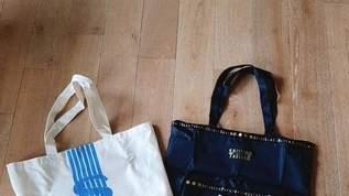 「夏らしいブルーの色が可愛い」「ドンピシャに欲しかった仕様だから嬉しい」「どっちも欲しくて2つ買っちゃいました」大人のおしゃれ手帖の付録は資生堂パーラーの気品あふれるバッグ!白か黒か(1/6)