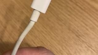 iPhoneのケーブルが充電できなくなったら、ここを安全ピンで優しく削ると復活する!?→ネット民「マジか!」の声
