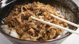 チェーン店の牛丼を「何倍も旨く食べる方法」がこちら…→ネット民「さすが一流の料理人」「間違いない」の声