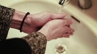 手洗い後、手のひらを合わせた状態で上下に振る「合掌水切り」をすると、水滴が周囲に飛び散らない→ネット民「すごーい」