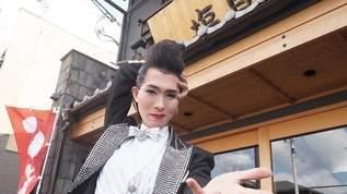 目撃すると幸せに? 宝塚ファッションでラーメン屋さんのチラシを配る男装の麗人がいた!