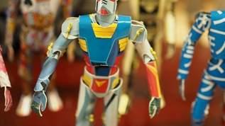 ガンプラの空き箱が別のロボットに! 造形師・安居智博さんの「プリント柄カミロボ」