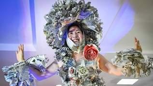 新聞紙で5000着以上のドレスを仕立ててきた「新聞女」さんの凄絶な半生