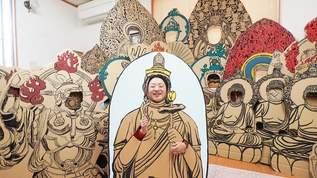 あなたも仏像になってみては? 段ボールに「顔出し仏像」を描き続ける女性がいた