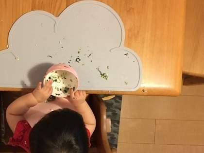 【3COINS】「ほんと便利!!食べこぼしの量が減りましたもん」「可愛い&机汚れない。ほんと優勝」スリコ・シリコン製のお皿と食べこぼしをキャッチするマット&スタイが超便利(1/2)
