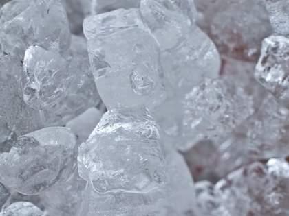 製氷皿よりもラクに氷をつくるライフハックが話題→ネット民「天才」「めっちゃ良いアイデア」の声