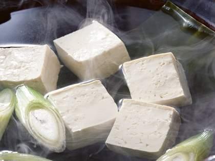 鍋に入れる「絹ごし豆腐」は、三角形に切ると箸で取るときに全然くずれない!→ネット民「知らなかった」の声