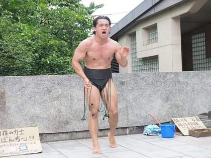 路上で相撲ラップ!? 謎の相撲パフォーマー「ちゃんこぽんちー」とは?